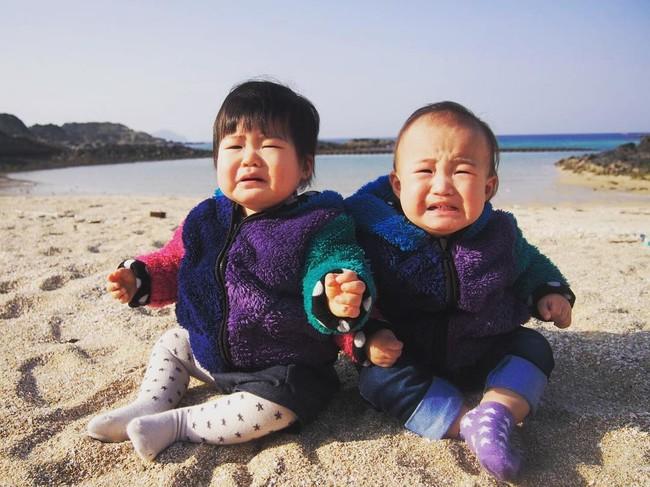 砂浜で元気に泣く赤ちゃん