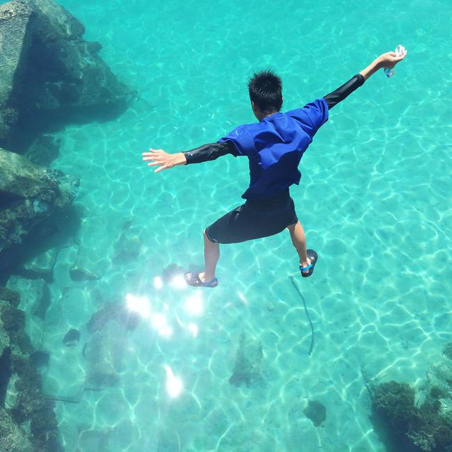 透き通った海へダイブ!