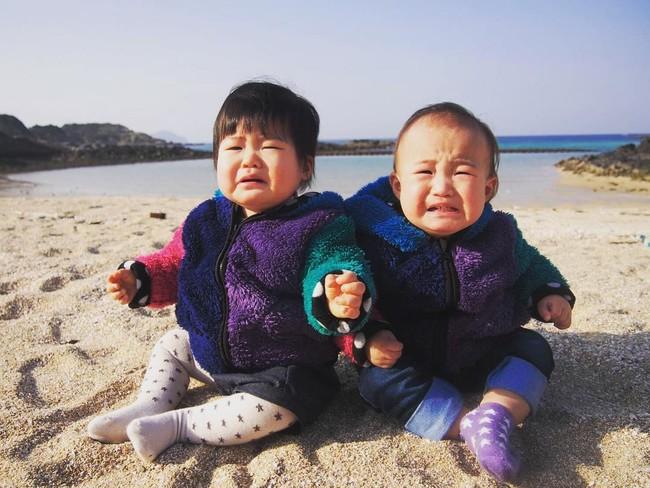 砂浜で大泣きする赤ちゃん
