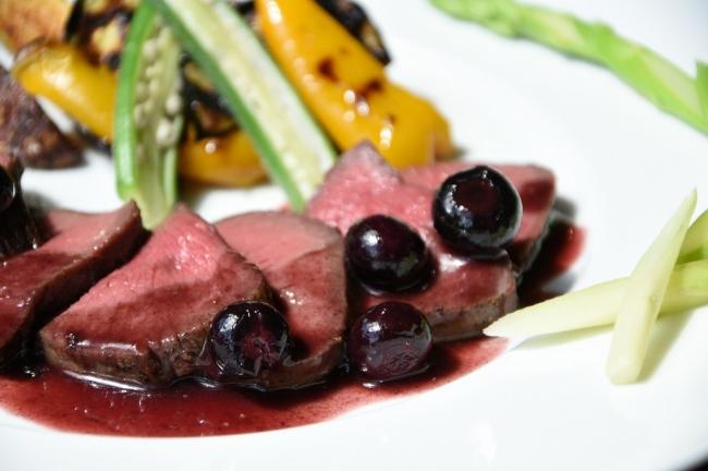 ジビエ料理【島食Gino】モモ肉のロティ赤ワインとベリーのソース(シカ)