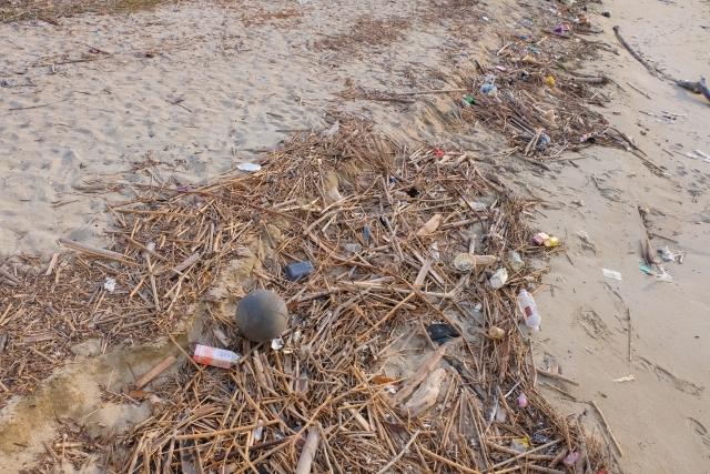砂浜に集まるゴミ(イメージ)