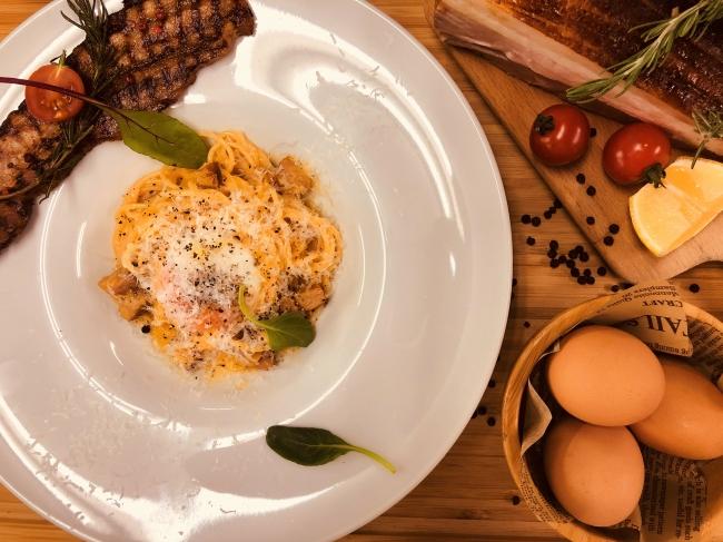 自家製神戸ポークのベーコンとペコリーノ・トスカーナチーズを使ったカルボナーラ&神戸ポークの厚切りベーコンステーキ