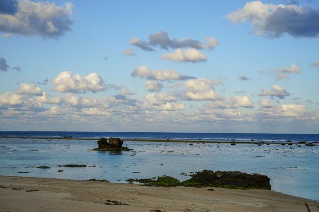 宿の前の海と奇岩