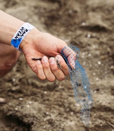 砂浜には沢山の廃棄されたプラスチック