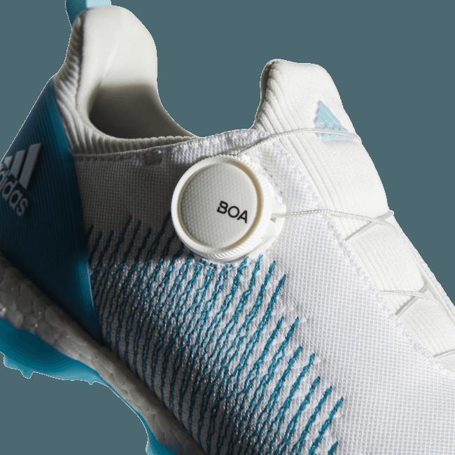特殊な「糸」を縫製し高い軽量性・ストレッチ性・通気性を誇り、様々な足型に柔軟にフィット