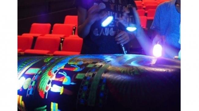 「東博のミイラ」 棺の3D出力に特殊ライトをあてて図像を浮かび上がらせて鑑賞