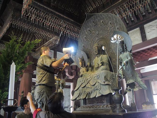 国宝 釈迦三尊像の立体形状計測風景