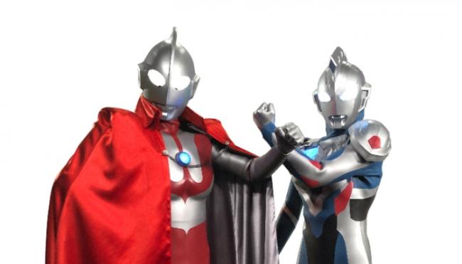 絆を結ぶ新たなる印「クロスタッチ」:ウルトラマン(左)、ウルトラマンゼット(右)