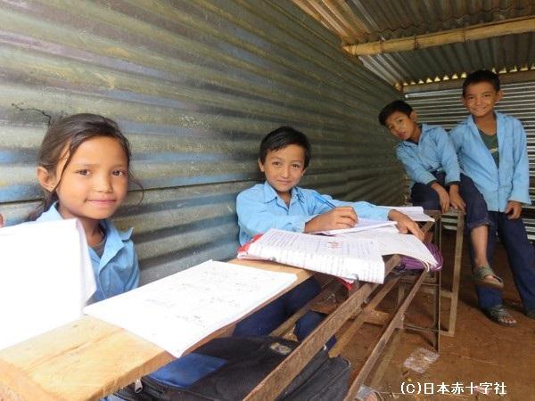 仮校舎で学校の再建を待つ子供たち(学校基盤防災支援事業)