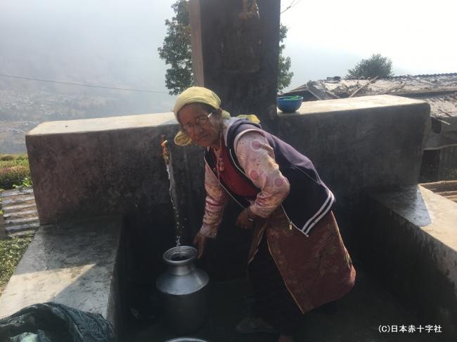 新しい水汲み場を利用するシタ・アディカリさん