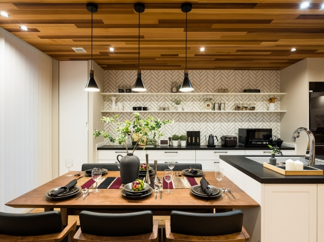 シックな雰囲気のキッチン