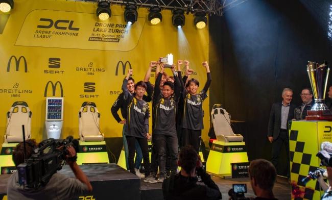 DCL18最終戦3位獲得。表彰台で喜ぶDMM RAIDENメンバー