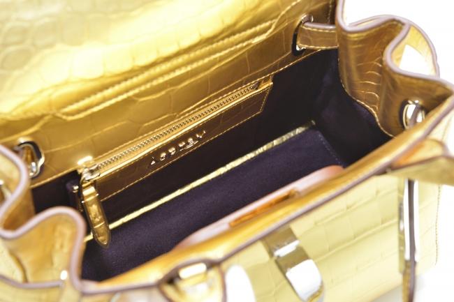 内側のライニングもゴールドで施されています。