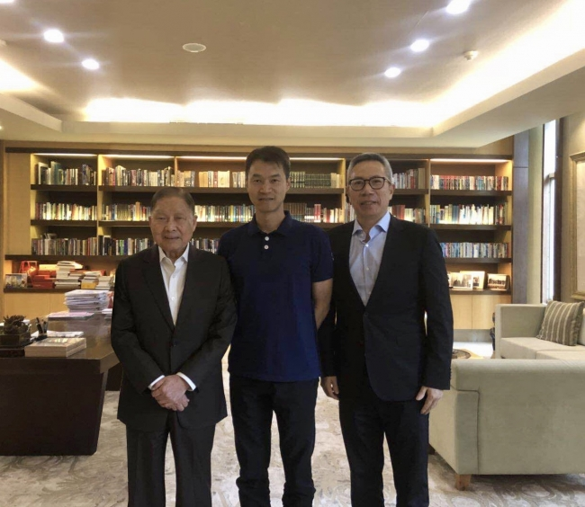 Lippoグループの会長、 Mochtar Riady氏、 ObENの共同設立者で最高執行責任者(COO)のAdam Zheng氏とLippoグループ中国医療管理のCEO、 William Lok氏
