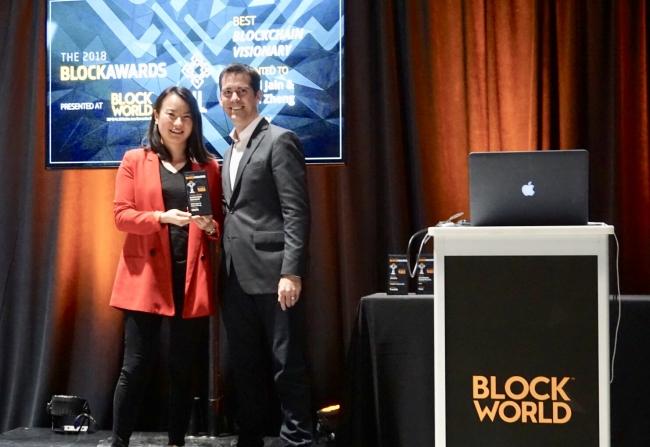 ObENのマーケティング、パートナーシップ担当副社長、Sho Guo氏が共同創業者の代わりにブロックチェーンヴィジョナリー (Blockchain Visionary) 賞を受け取りました。