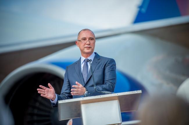 デルタ航空社長のグレン・オープン式典でスピーチするホーエンスタイン