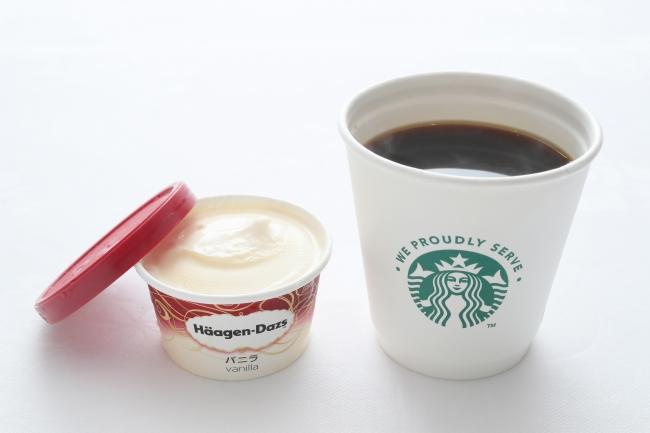 エコノミークラスのスターバックスコーヒーとハーゲンダッツのアイスクリーム