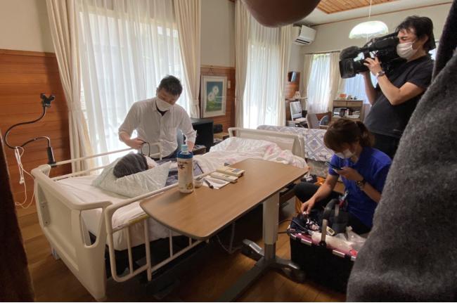NHK「おはよう日本」撮影時。リーバー代表取締役伊藤の訪問診療風景。