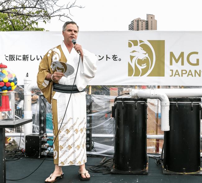 大阪・天神祭にて挨拶をするジム・ムーレン