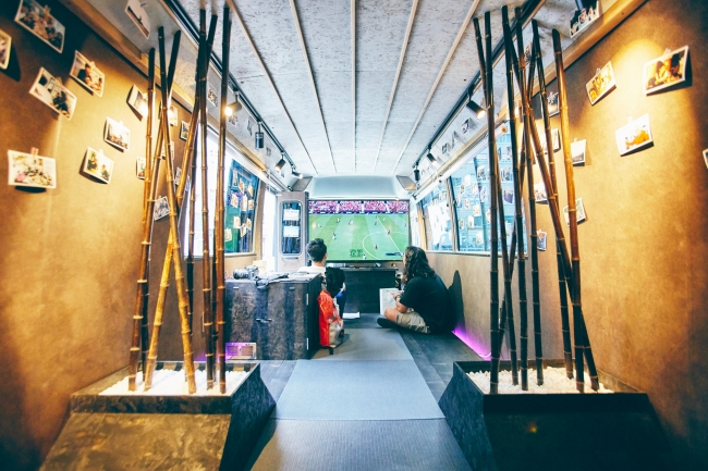 BUSHOUSEの内部。このようにバスの内部を改造し、家のようなくつろぎの空間を作り出している。