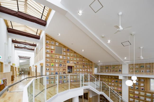 3.ホワイエの壁一面は書庫