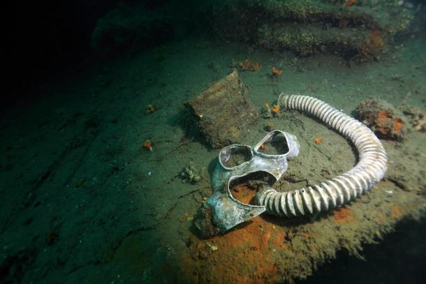 瀬戸内海に眠る戦艦『陸奥』で見つけた防毒面ー柱島沖(日本)