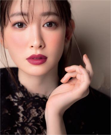 ローズ色メイクを施した小嶋陽菜さん