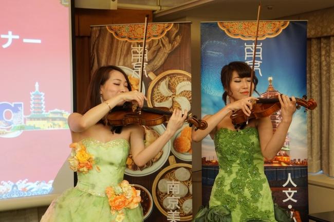 パフォーマンス - バイオリンで「ジャスミン」を演奏するデュオ