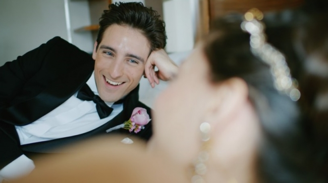 式の前にスイートルームで寛ぐ幸せな微笑みの二人