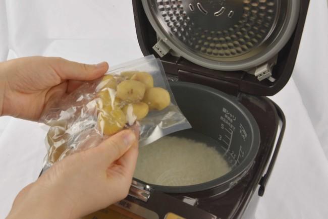 いつものごはんに栗と付属の出汁(調味液)を入れて炊飯器で炊くだけ!