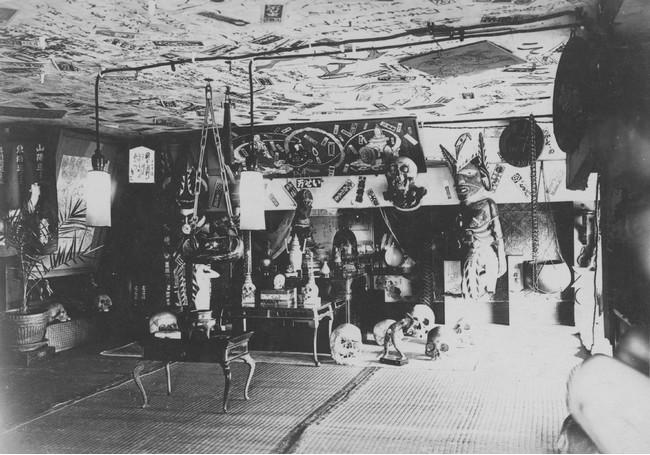 趣味山平凡寺夜の本堂 1921年 (C)Delhi Blue Pottery Trust