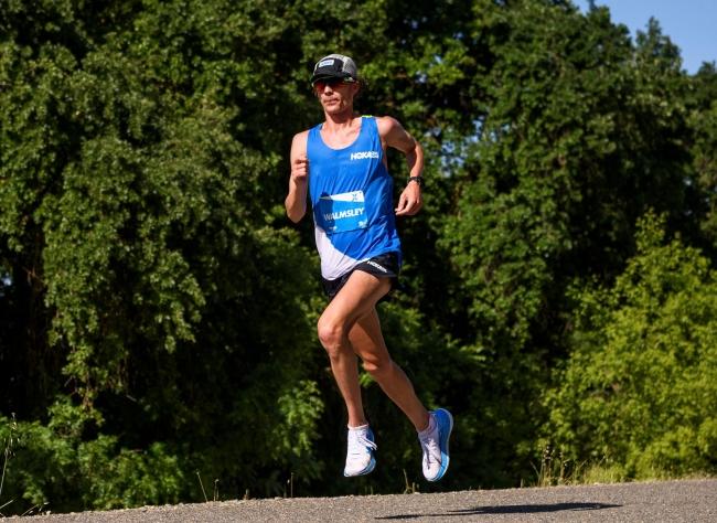 50マイル ランニングの世界記録を樹立した、ホカ オネオネの契約アスリート ジム・ウォームズレー選手