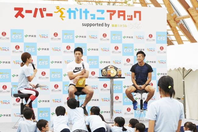 ▲子ども達からの質問に答える村田選手