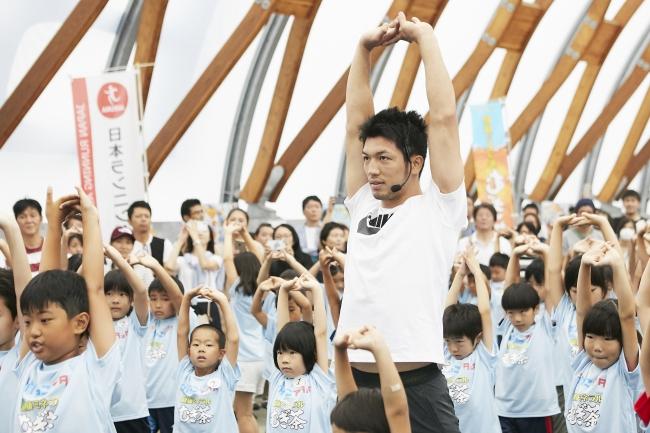 ▲「速く走るコツ」を学ぶ村田選手と子ども達