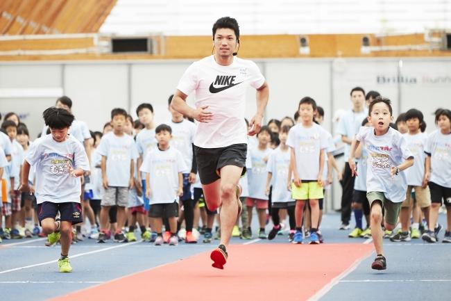 ▲子ども達と一緒に走る村田選手