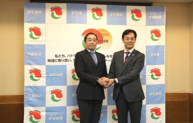 バトンズ代表 大山敬義(左)とハトマーク支援機構理事長 和氣猛仁氏(右)