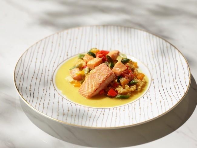 「タスマニアサーモンと帆立貝のバレンシア風オレンジソース 夏野菜の軽い煮込み  レモンと蜂蜜、ミントの香り」(からだ元気コース)※画像は盛り付けのイメージです