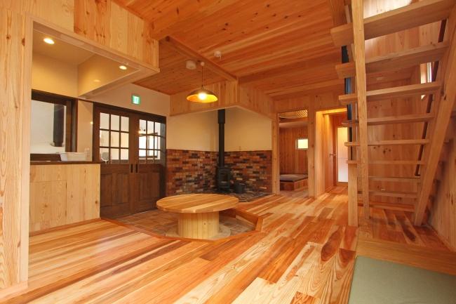 内装には自社で伐採した地産の木材を使用