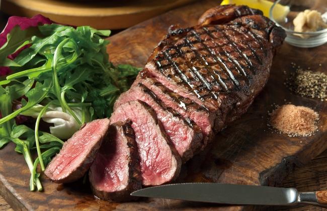 シェフがひとつひとつ焼き上げる『アンガス牛ロース肉の1パウンドステーキ