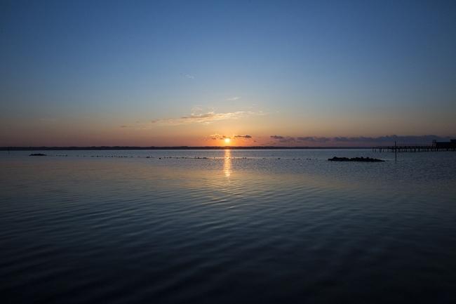 江口屋の目の前から昇る朝日