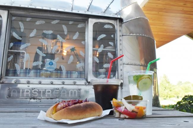 アメリカ製のトラベルトレーラー『エアストリーム』を改装した、公園内のカフェ(埼玉県営彩の森入間公園)