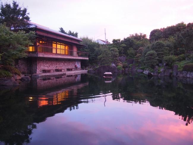 夕暮れの日本庭園と茶室(豊島区立目白庭園)