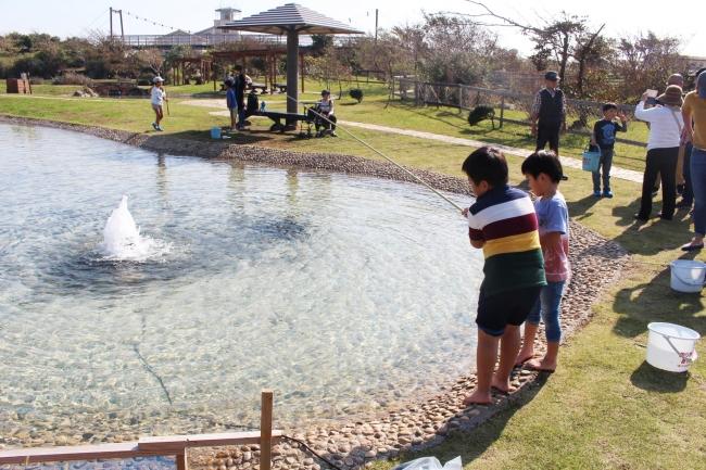 公園のじゃぶじゃぶ池が「ニジマス釣り」に変身
