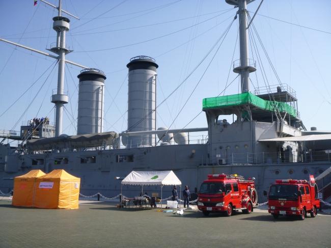 消防車両展示、けむり体験(横須賀市三笠公園)