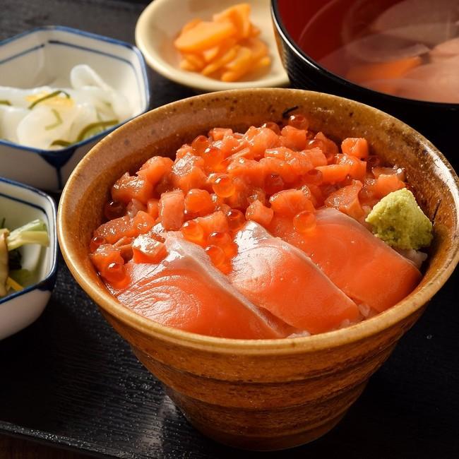 『知床斜里産秋鮭の親子漬け丼定食』1,290円(税抜)