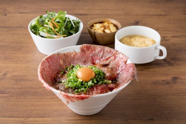 数量限定!A5ザブトンの炙り肉刺し丼 1,680円(税抜) 入荷次第の限定商品。口の中でとろける最上級和牛をランチでお得に。