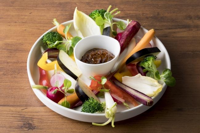 和牛肉味噌で食べる国産野菜スティック 980円(税抜)お店仕込みの和牛の肉味噌をこだわりの産地より取り寄せた国産野菜で召し上がってください。