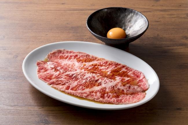 ザブトンのすき焼き 2,000円(税抜)薄切りのザブトンをサッと炙って濃厚な滋養卵で召し上がって頂きます。
