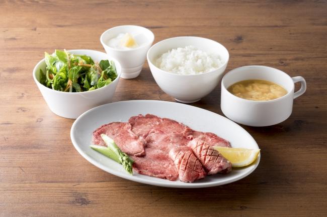 極み牛タンセット¥1,680(税抜)厚切りタンと薄切りタンの牛タン盛り合わせ。