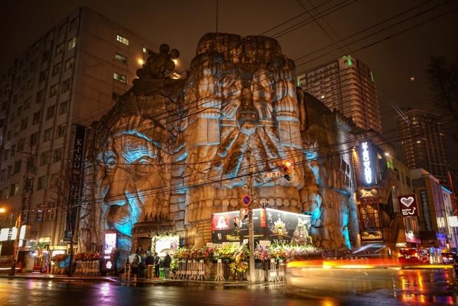 1991年総工費35億円で建設されたススキノのシンボルは復活して以降、夜間観光の重要ポイントに